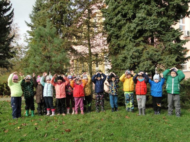 U konvalinky-Podzim na zahradě, hrabání listí